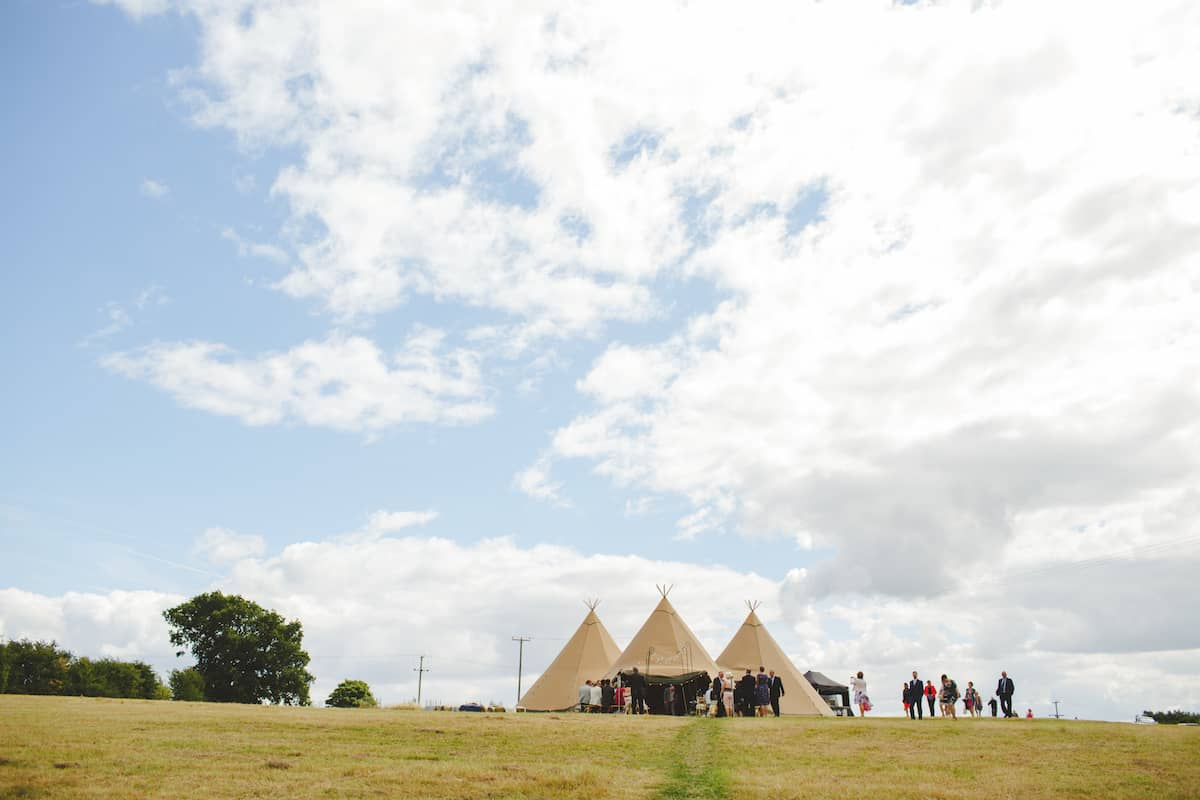 outdoor wedding ceremony guest arriving - Sami Tipi Wedding Captured by Camera Hannah